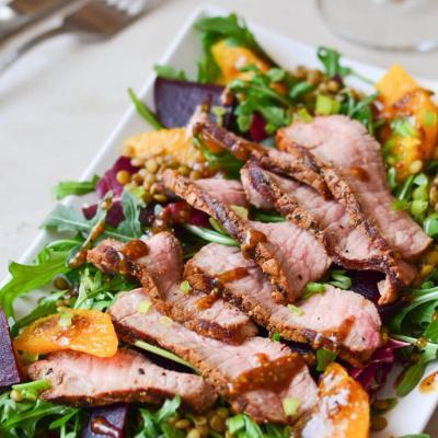 Salotos ir jautienos didkepsnis (steikas)