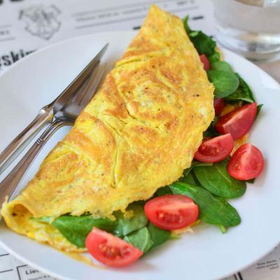 Omletas su špinatais ir daržovėmis
