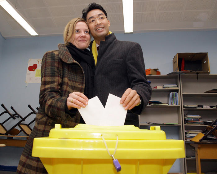 Philipp Roesler e la moglie, medico di origine asiatica ed esponente di un partito di destra, sintetizza una Europa reale che si impone agli opposti razzismi etnici e politici
