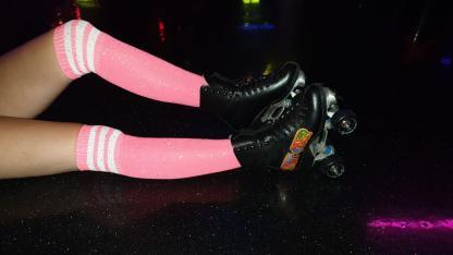 Roze glitter sokken met witte streepjes.