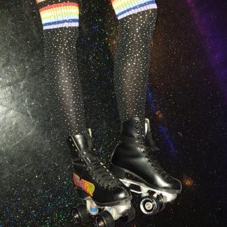 Zwarte glitter kouzen met regenboog streepjes.