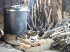 elden håller grytan kokande