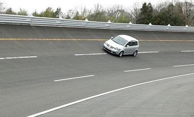 車のテストコースのバンク路