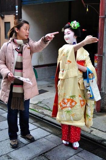 Dificuldades que os turistas enfrentam no Japão - gueixa ajudando 1