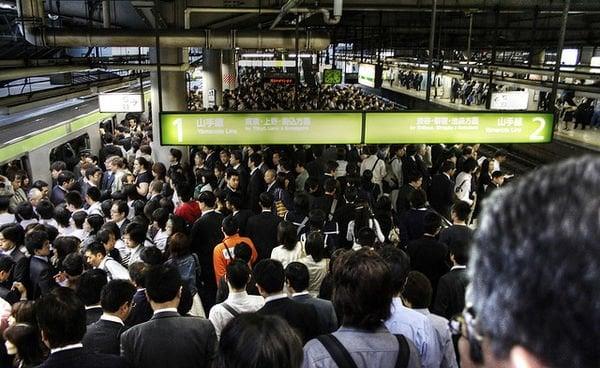 Superlotação e crescente população urbana do japão - trens japao publico
