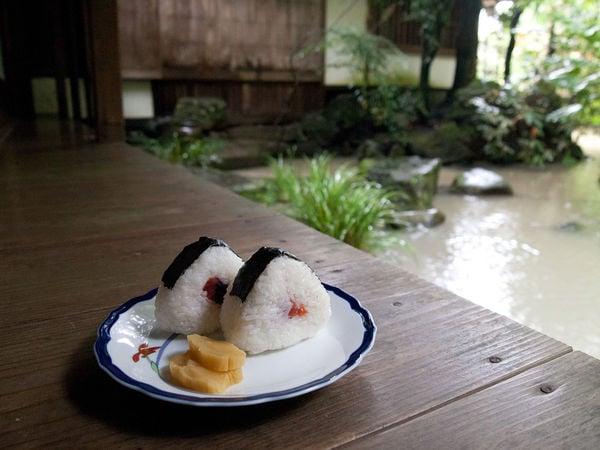 Onigiri - Bolinho de arroz japonês - お握り - onigiri prato 2
