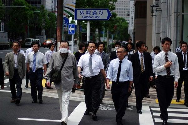 Okozukai – A mesada para os maridos - indo para escola 1