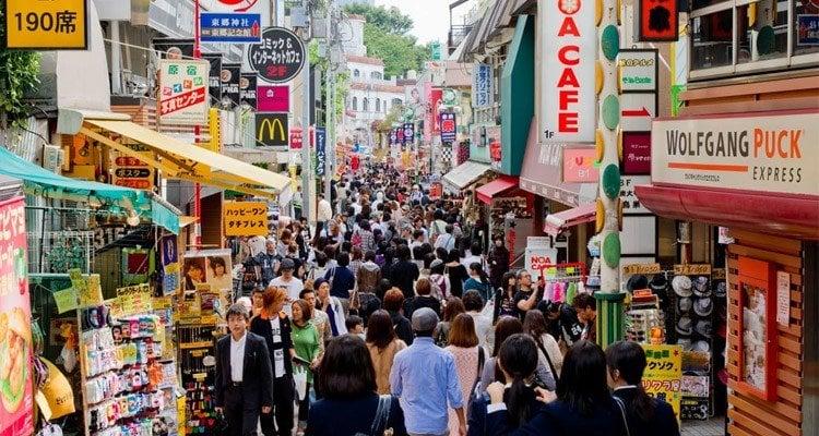 Superlotação e crescente população urbana do japão - harajuku
