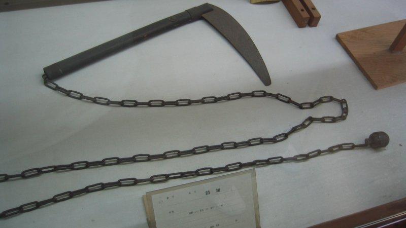 Kusari-gama - vũ khí của Nhật Bản trong hình dạng của một lưỡi hái