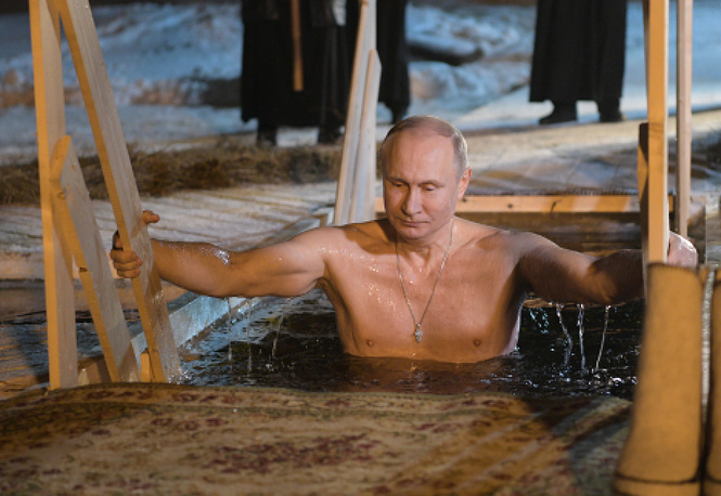 Putin takes icy plunge into waters of Lake Seliger