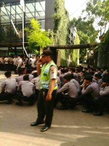 Pihak Kepolisian berjaga di depan Kantor Gojek, Kemang