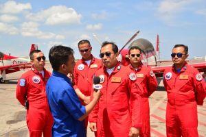Leader Letkol Pnb. Sri Raharjo wawancara dengan media TV RI Bali, sesaat sebelum take off, pada event Bali Aerosport