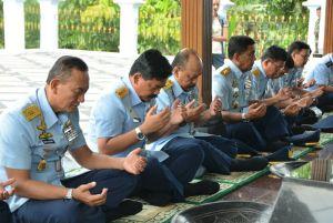 Kepala Staf TNI Angkatan Udara Marsekal TNI Hadi Tjahjanto bersama rombongan saat melaksanakan Doa pada acara Ziarah di Monumen Perjuangan TNI AU Ngoto, Kamis (26/1). (Dok. Pentak Lanud Adisutjipto)