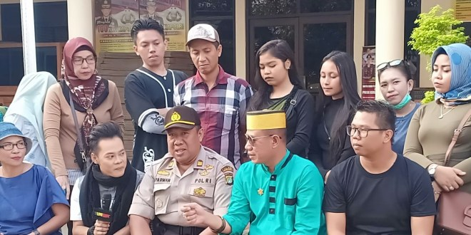 Management Mega Bintang Dan Anak Indigo Bagi-bagi Takjil
