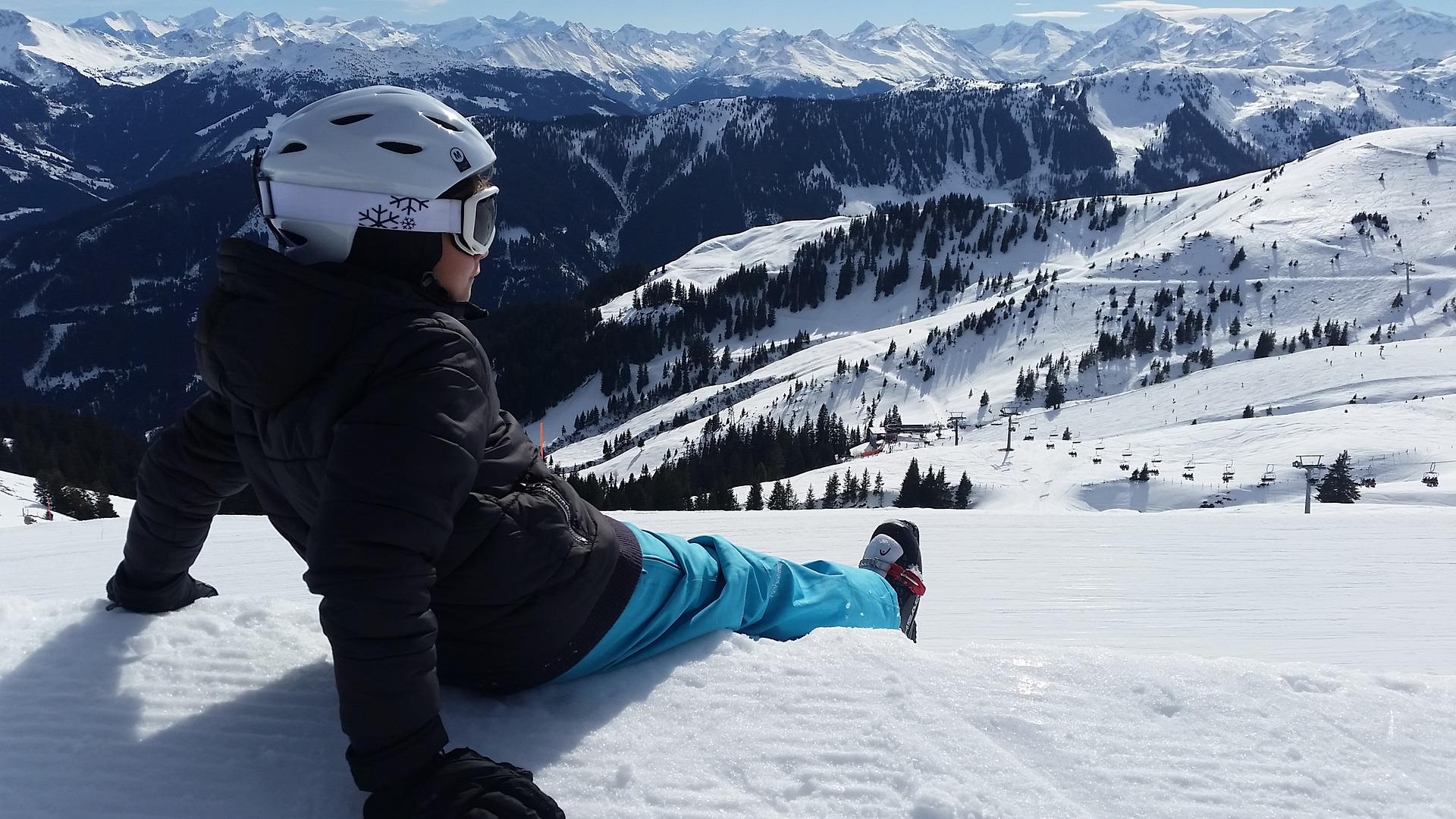 skiers-2093037_1920