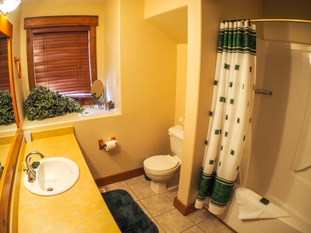Fairways Cabin 4 Bedroom Unit #12 Bath
