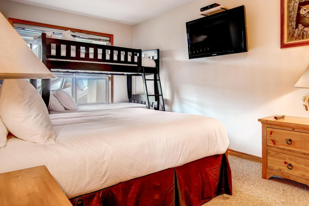 Whistler Accommodation Aspens on Blackcomb 563 Bedroom Queen and Twin Bunks