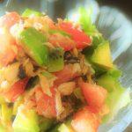【美肌レシピ】栄養たっぷり!トマト・アボカド・キウイのコク旨美容サラダ