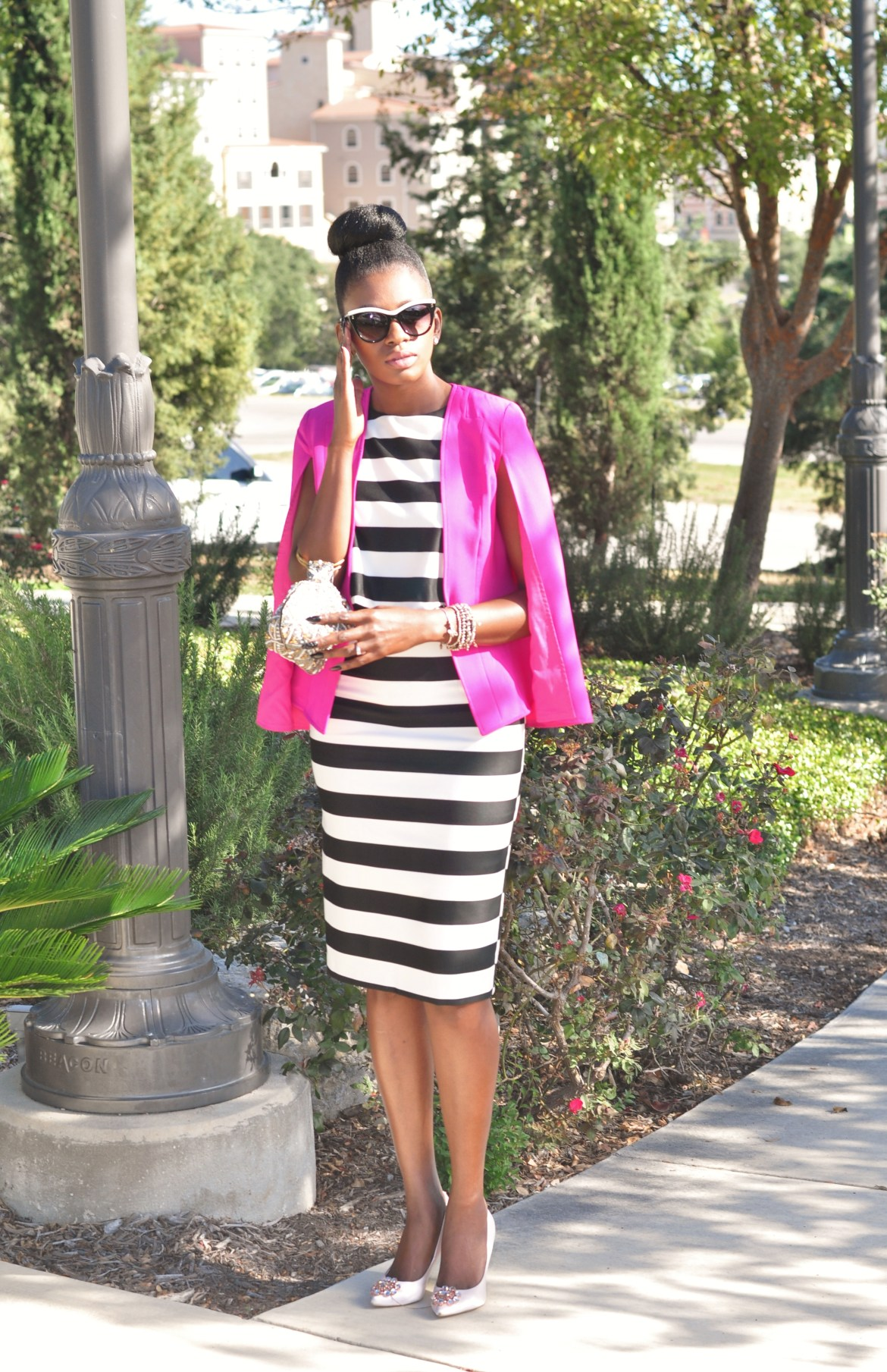 This is one chic look. Very elegant in the b/w stripes with a pink blazer. This zone is where I need to be in my style