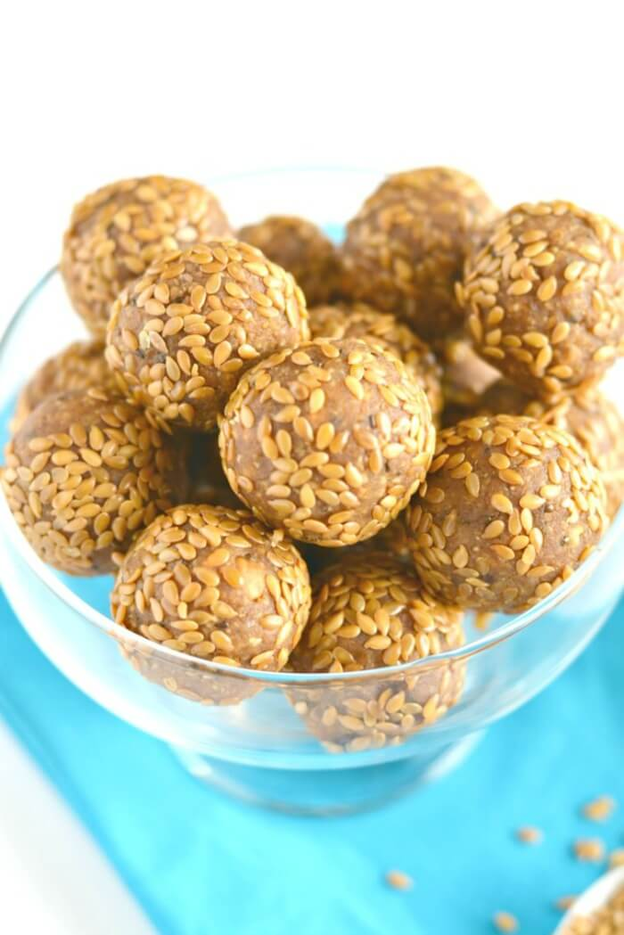 No Bake Almond Apple Flax Bites made with 4 wholesome ingredients & omega-3 healthy fats. A nutritious energy boosting snack under 100 calories! Low Calorie, Gluten free & Vegan friendly.