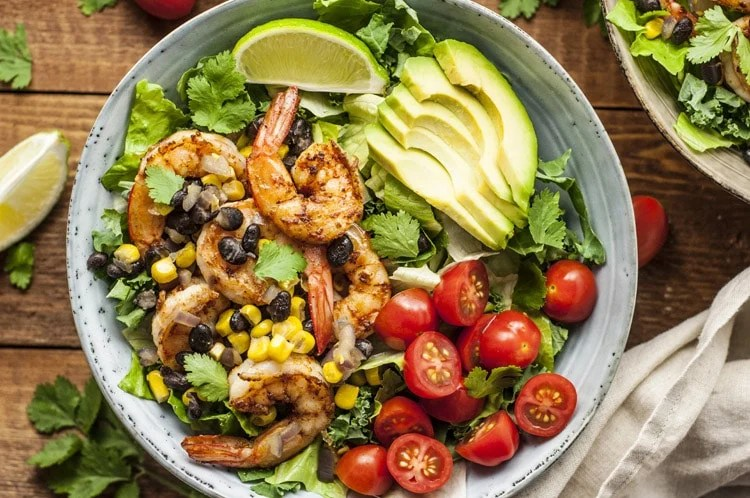 Spicy salad with black beans and prawns