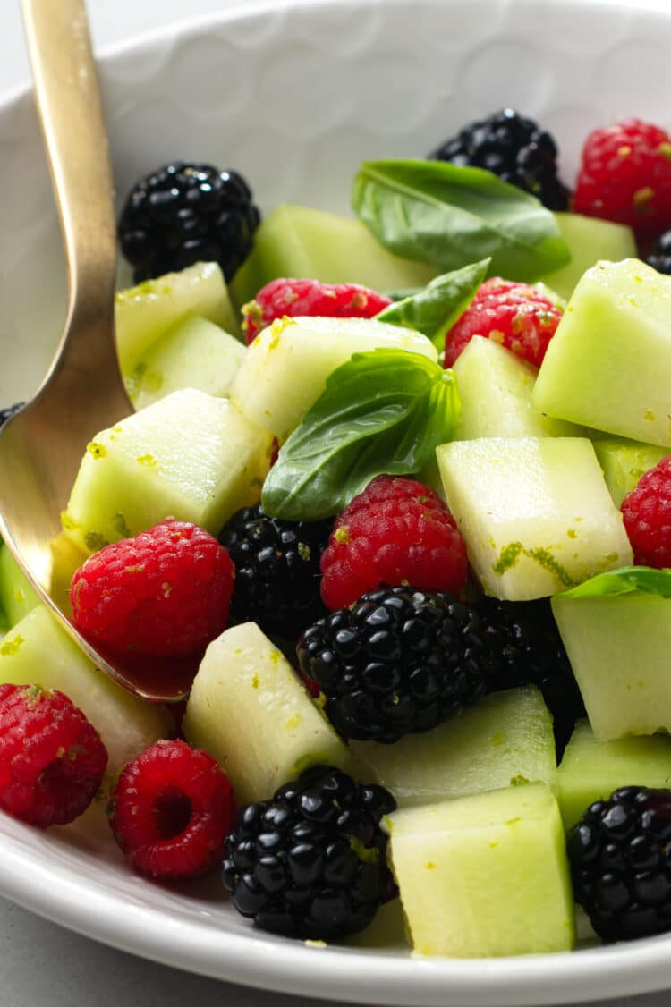 Enjoy this lime and basil fruit salad as a side dish for breakfast or as a delicious and healthy snack in the afternoon.