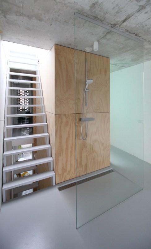 skinnyscar-31-v2-shower-stairs
