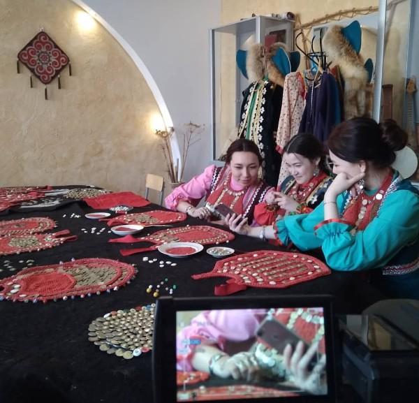 27-28 марта снимали документальный фильм о национальном башкирском костюме этнохудожетвенного отделения Сибайского колледжа искусств.
