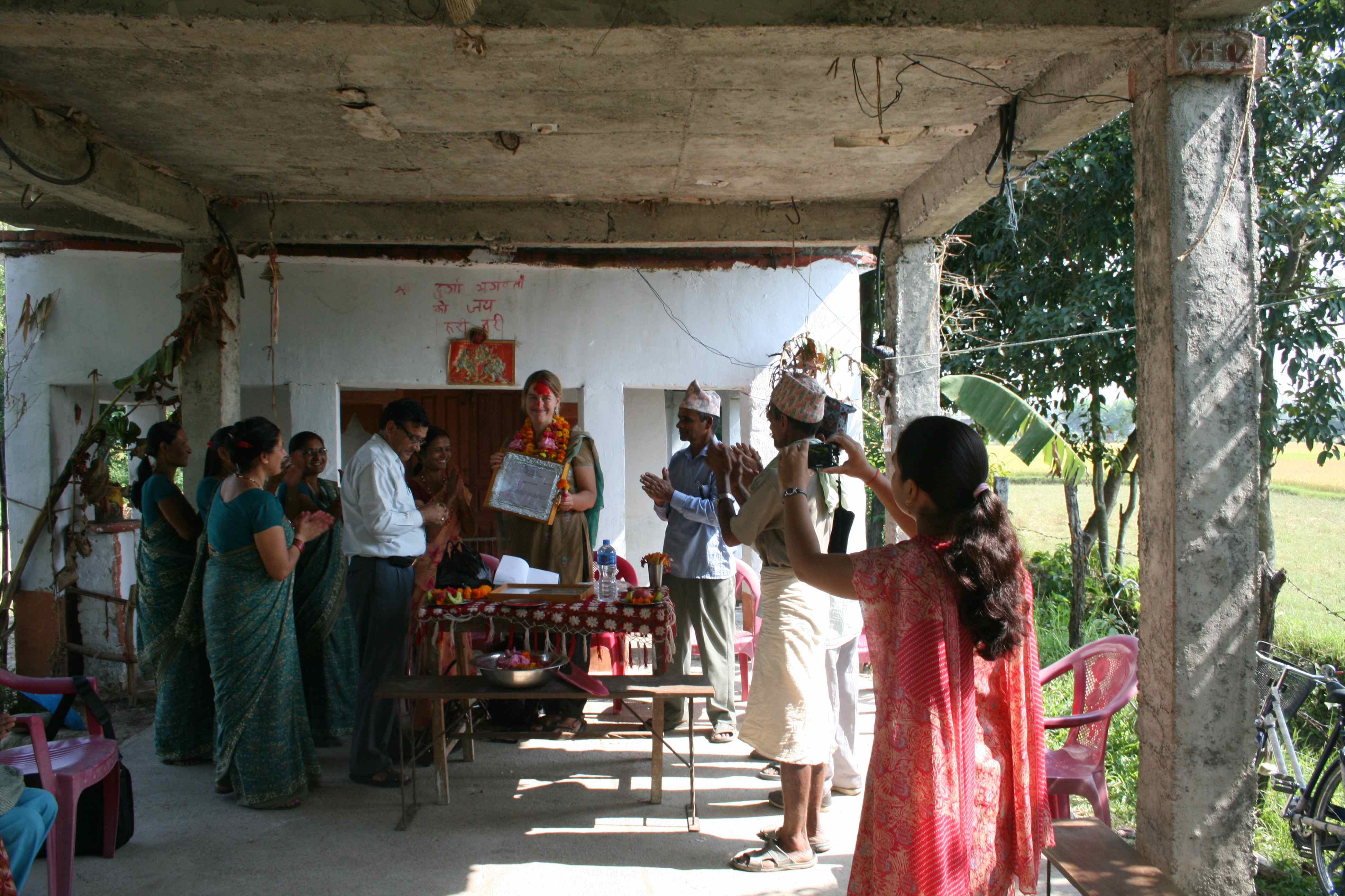 Udenfor Shanti Priya Primary school foran det lille tempel