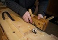 """Tanna på min flyttplog er bare 7 mm brei så eg høvlar sporet på 10.5 mm i to omgangar på bredda. Eg har laga meg eit anlegg for pløyinga ved å spenne fast ein 2"""" x 6"""" med killingfoten og støytt mot eine sida av benkehaken. Då får eg andre sida av benkehaken til å støyte emnet mot. Det er viktig å ha god støtte i sida. Foto: Roald Renmælmo"""