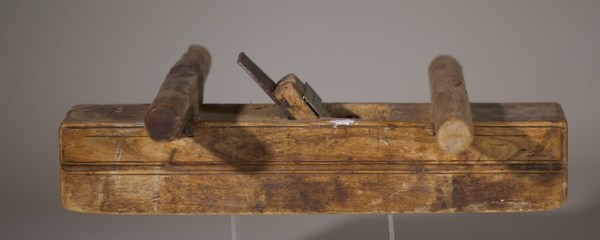 """Okshøvel med 14 ½"""" lang høvelstokk. Høvelen har enkel tann av merket Atkinsson Brothers. Stokken er merka med PP.N. Foto: Roald Renmælmo"""
