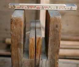 """Føtene måler 3"""" x 7"""". Tommestokken som er brukt på biletet er i millimeter og inch. Foto: Roald Renmælmo"""