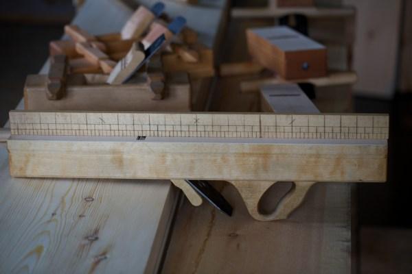 """Ein langhøvel kan vere bra om ein vil ha ekstra slette og fine golv. Denne er ein alen lang og har stål som er 2 ⅛"""" brei. Foto: Roald Renmælmo"""