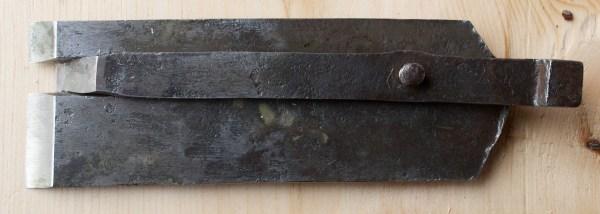 Baksida av stålet til fjørhøvelen. Foto: Roald Renmælmo
