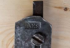 Ståla er stempla med smedstempelet AES. Truleg er det ein lokal smed i området rundt Hadeland. Kom gjerne med tips på aktuelle smedar som kan ha hatt dette stempelet. Eg tenkjer meg at slike stål er smidd på bestilling av snikkaren og at det er ein smed i nærområdet der høvlane var brukt som har smidd dei. Det er også mogleg at høvlane eller ståla kan ha kome frå ein annan stad og såleis ikkje er lokale. Foto: Roald Renmælmo