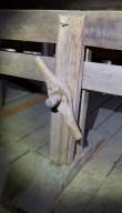 Detalj av skruven på skottbenken. Her er det mogleg å stramme godt til for å låse borda. Foto: Roald Renmælmo