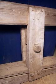 Føtene er festa til fotstokken med 2 stk. 30 mm tjukke trenaglar. Spenntappen har eit hovud på eine sida og er låst med ein kile på andre sida. Foto: Niels J. Røine