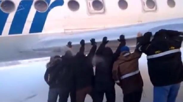 Пассажиры толкали самолет в Красноярске