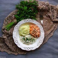 Koperkowa potrawka z kurczaka z purée ziemniaczanym i surówką z marchewki i selera
