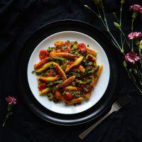 Kluski ziemniaczane z zielonymi szparagami, pomidorkami koktajlowymi i pieczenią cielęcą