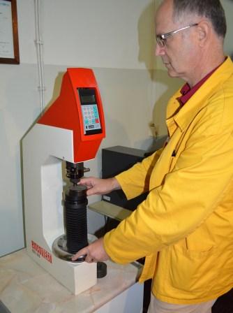 """Mehanički laboratorij - TVRDOMJER """"Emco-Test N3D 000"""" – mjerni uređaj za ispitivanje tvrdoće metalnih materijala metodom po Brinellu (do 400 HB) i Rockwellu (20-70 HRC)"""