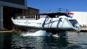 Porinuće Novogradnje 539 sa zatvorenog navoza BRODOSPLIT Brodogradilišta specijalnih objekata - 'Aiaxaia' je 46 metara dug jedrenjak za nautički turizam ugovoren s tvrtkom Perihel u vlasništvu obitelji Ercegović iz Krila Jesenica. To je deveti putnički brod izgrađen u Brodosplitu za domaće naručitelje iz okolice Splita.