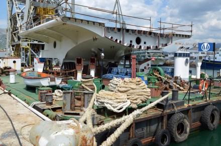 Središnji rasponski sklop čelične konstrukcije mosta Čiovo s hidrauličkim mehanizmima za podizanje.