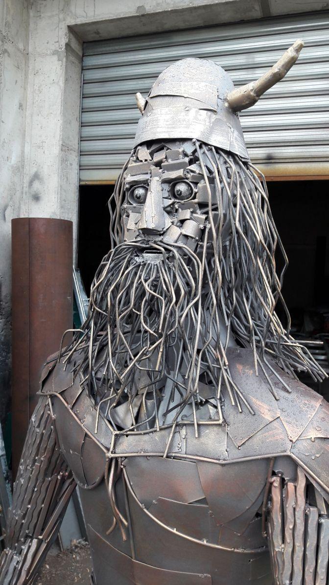 Skulptura vikinga iz metalnog otpada