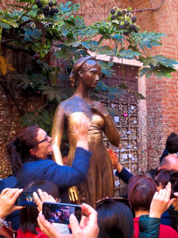 Woman rubbing Juliet's statue