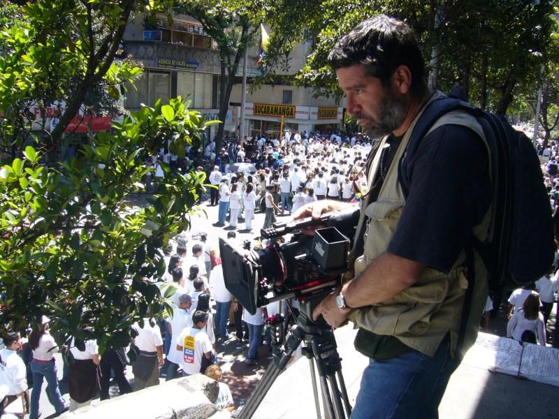 Ricardo Restrepo, Productor Local de SolidariLab Colombia, filmando marchas por la paz en Bogotá.