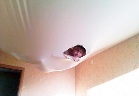 Что делать, если порвался натяжной потолок