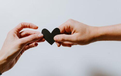 Hænder der holder hjerte