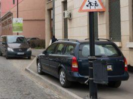 Járdán parkoló autó