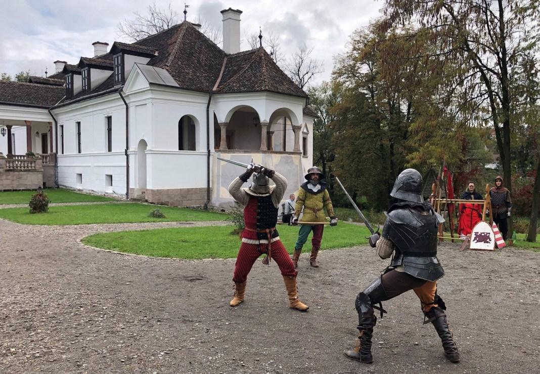 Harcászati bemutató a miklósvári kastély udvarán